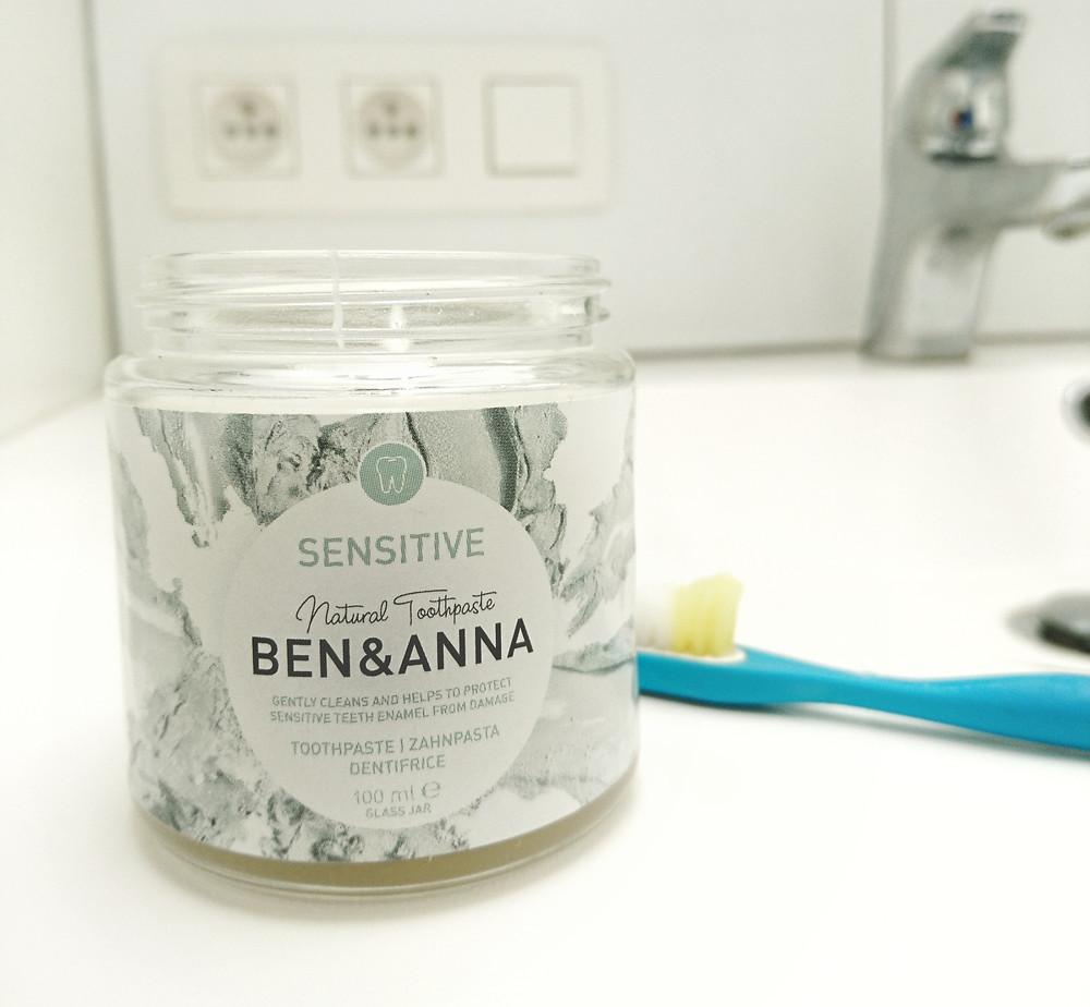 bamboo tandenborstel en natuurlijke tandpasta in glas