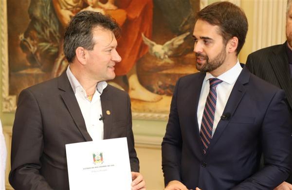 O deputado Dalciso Oliveira (E) comemorou a promulgação da lei que objetivou uma homenagem justa aos igrejinhenses.