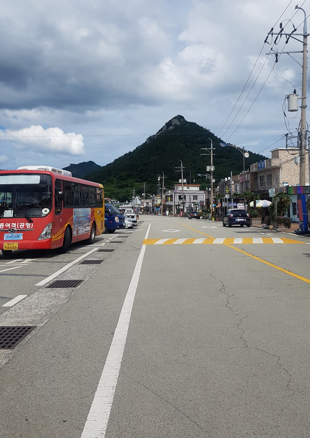 A bus in front of a mountain