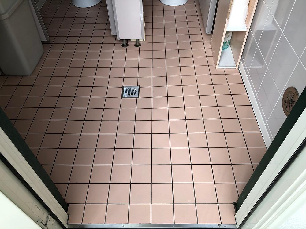トイレ床タイル施工後