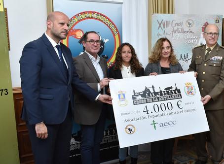 El Cross de la Artillería entrega el cheque solidario a la Asociación Española Contra el Cáncer.