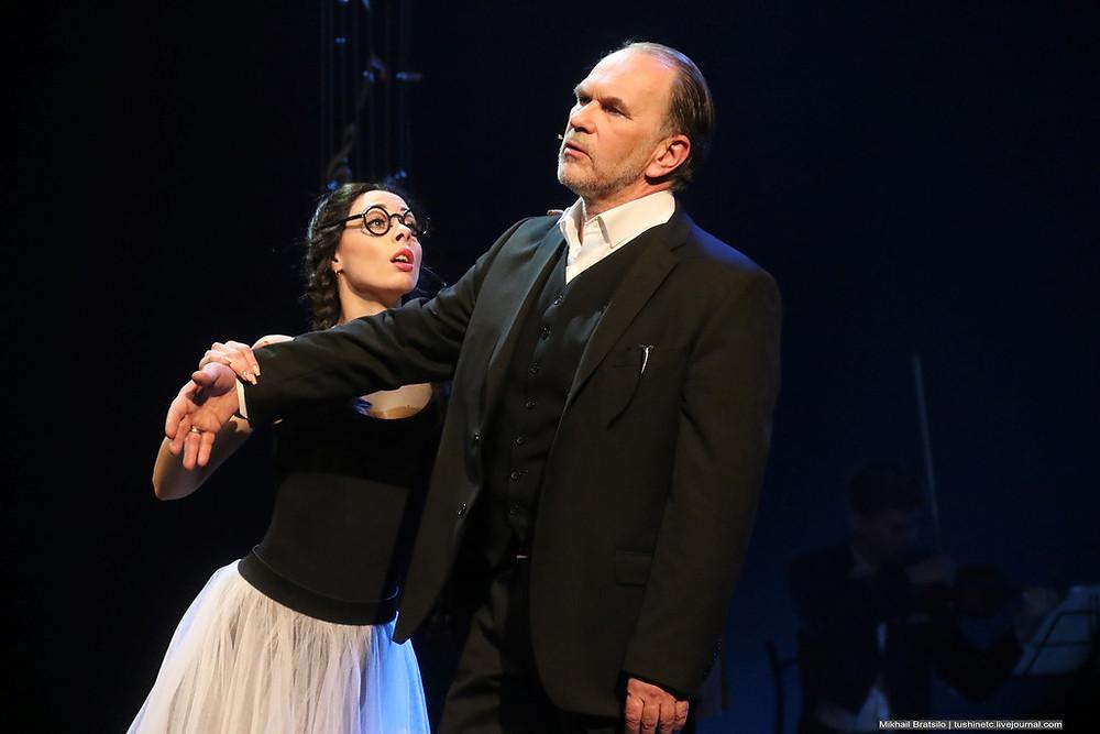 Алексей Гуськов и Юлия Винникова в спектакле «Онегин-блюз»