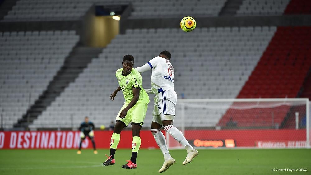 Ahmad Ngouyamsa au duel avec un joueur lyonnais