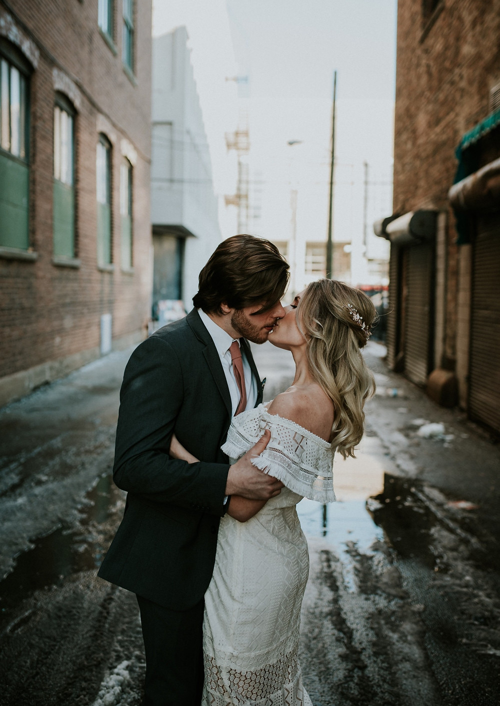 Chicago couple kissing in alley
