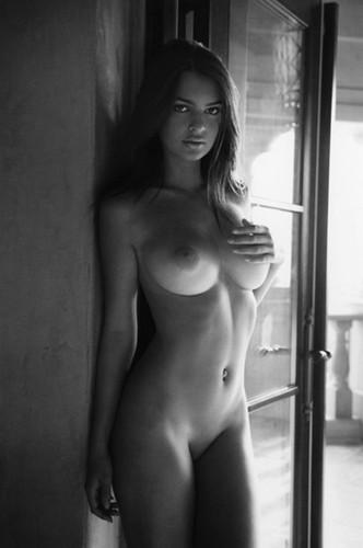Emily-Ratajkowski-sexy naked.jpg