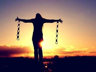 """""""Hayattaki en büyük özgürlük, gerçekte olduğunuz kişi olmaktır."""""""