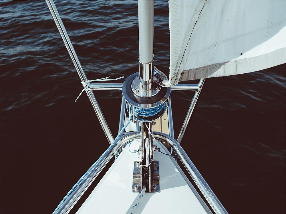 Proue d'un voilier avec un winch et un mât