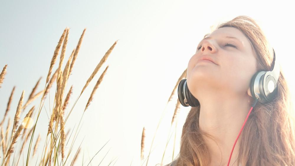 אישה עם אוזניות