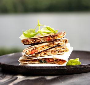 """""""Tacos"""", įdaryti konservuotu tunu ir sūriu – trašku išorėje, tįstantis įdaras viduje"""