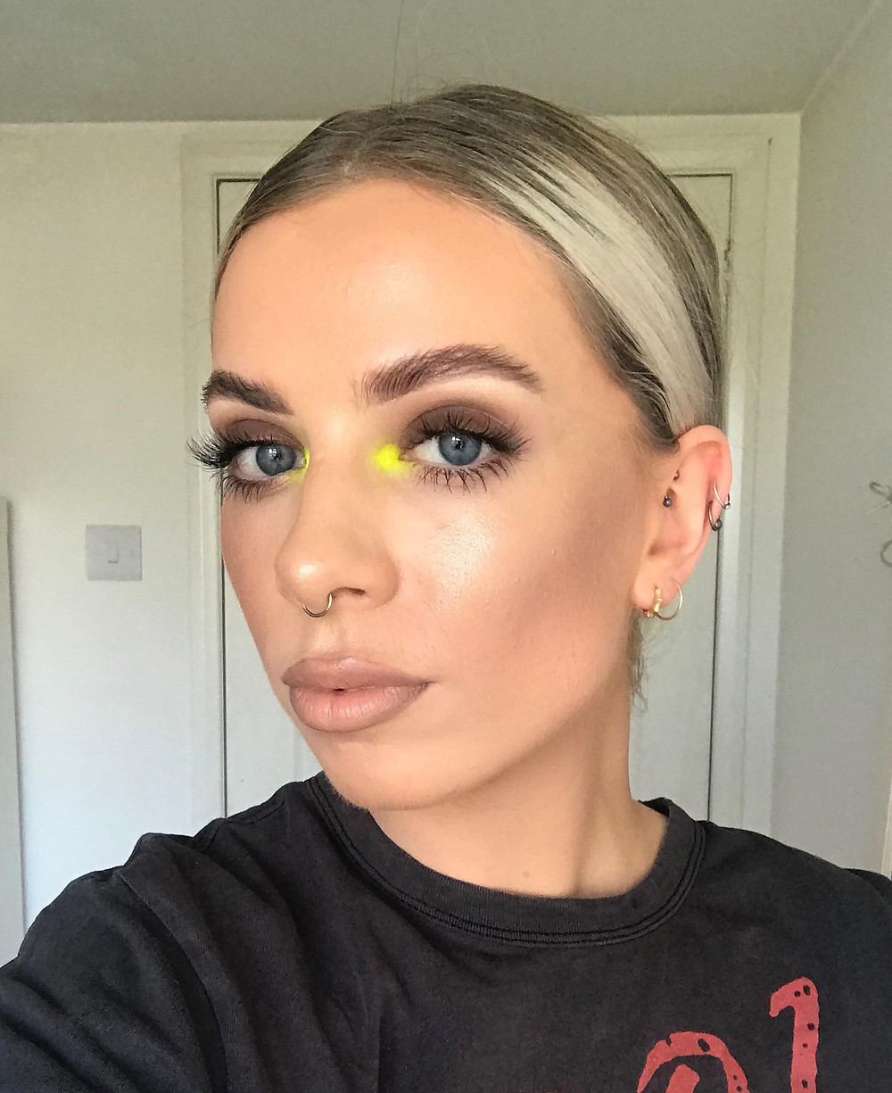 pops of neon, tendência de maquiagem neon, pontos de neon, 2020 makeup trend