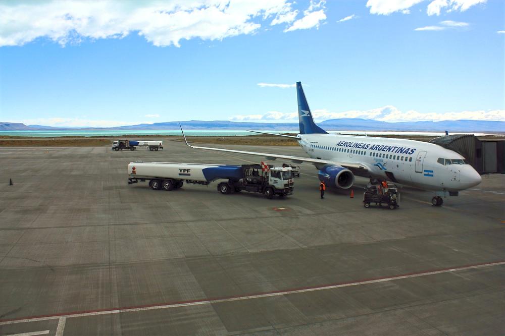 O aeroporto de El Calafate com o Lago Argentino ao fundo