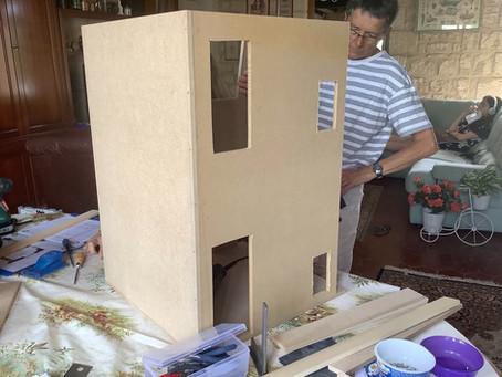 Découpe et assemblage des murs extérieurs.