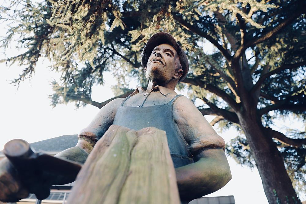 """Kunstwerk """"De Lattenkliever"""" onder de monumentale ceder."""