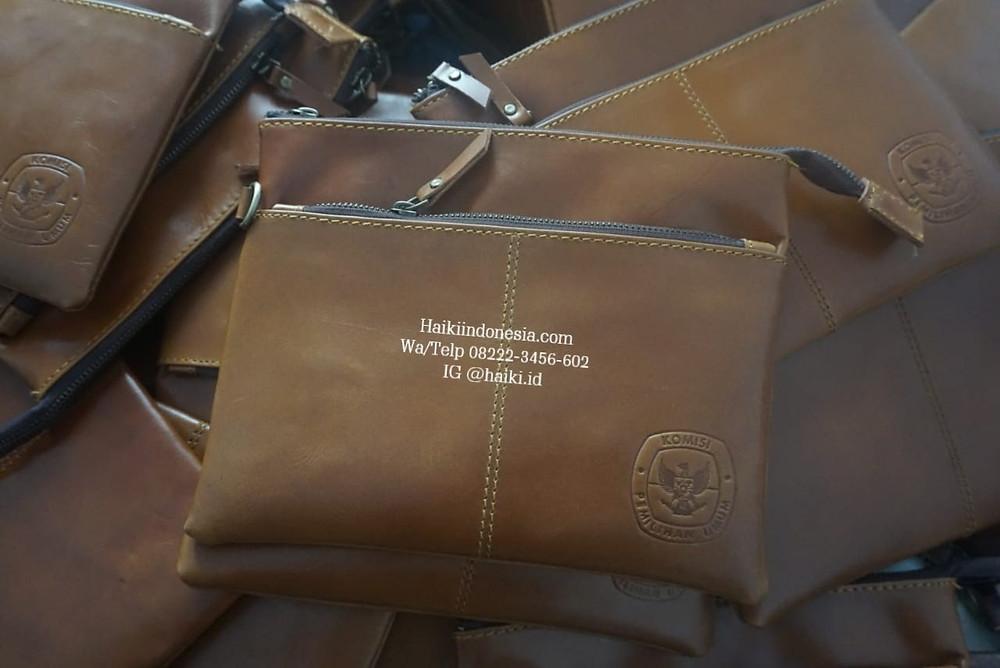Souvenir perusahaan clutch kulit asli