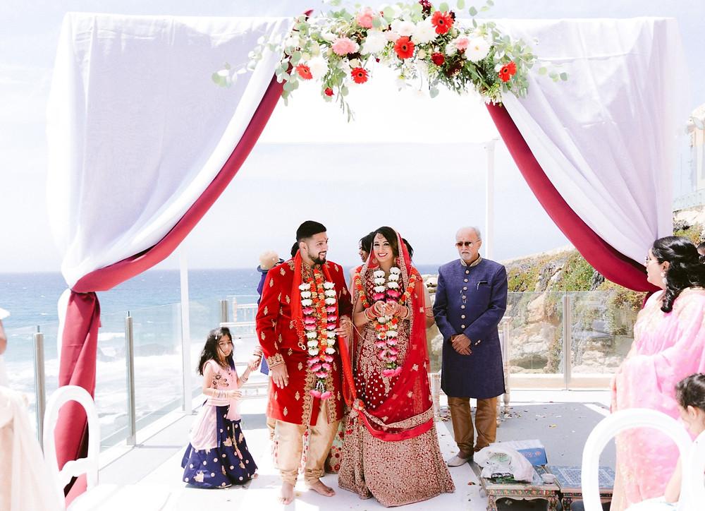 No Casamento da Nital e do Varun, na Cerimonia de Casamento Hindu, O Arco da Cerimonia de Casamento foi Decorado com Flores Vermelhos