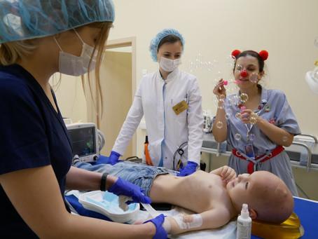Как больничные клоуны помогают детям при анестезии
