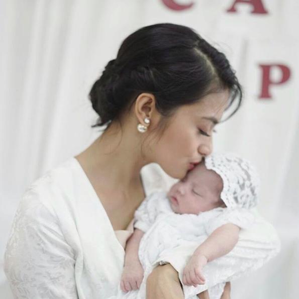 Januari 2017. Rini Yulianti bersama Abigail Cattleya - bayi dari kakak Ririn Ekawati, saat Aqiqah. #RiniBabyJourney #jurnalRIN