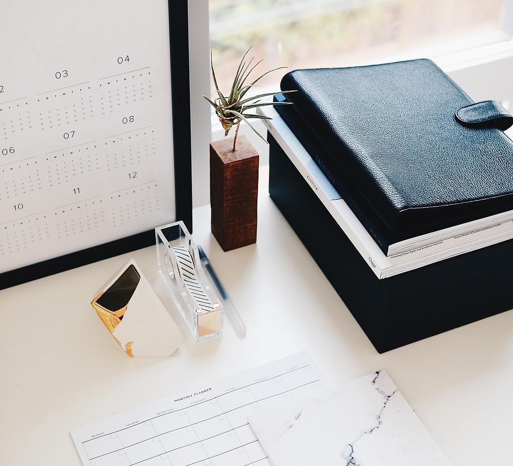 Un bureau d'assistante et un agenda