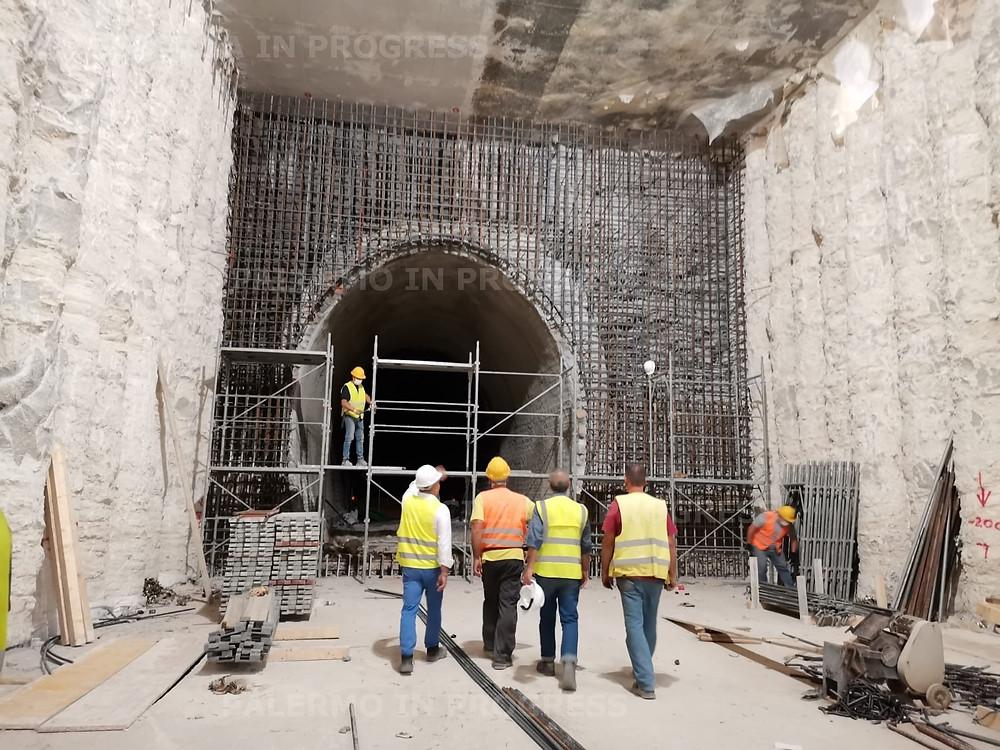 """il """"cuore"""" della fermata. Sullo sfondo, il portale realizzato sulla galleria Ranchibile, lato Notarbartolo. La galleria, preesistente ai lavori, da questo punto per circa 90 metri è stata demolita all'interno dello spazio delimitato dalle paratie di pali accostati (ai lati) ed il solettone (sopra). In basso, è stata realizzata un piastra in cemento armato che """"chiude"""" la struttura."""