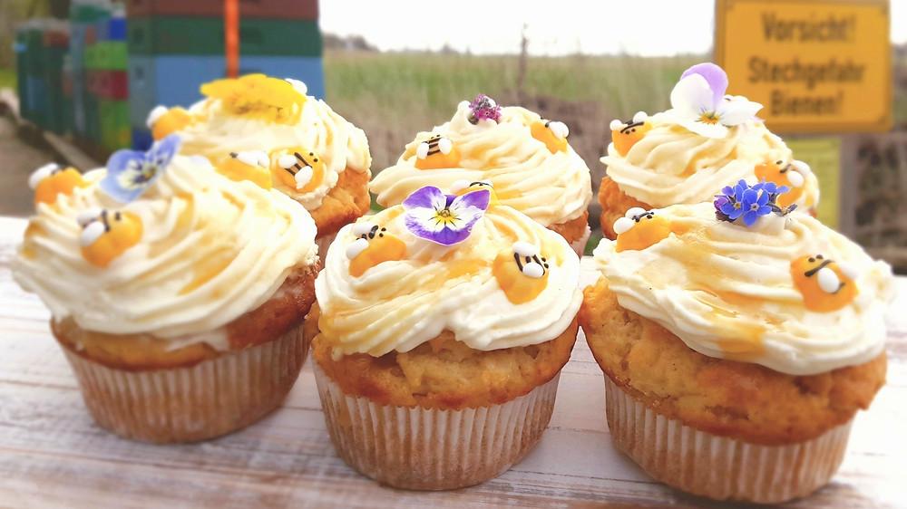 Bienen, Honig, Cupcakes, Blumen, essbare Blüten, Honig-Joghurt-Cupcakes, Hornveilchen, Gänseblümchen, Bienenbeuten