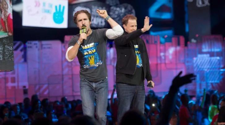 Los cofundadores de WE Charity anunciaron que están terminando operaciones  en Canadá.