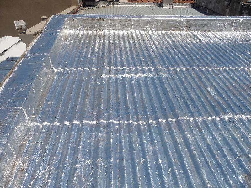 Ondas de las chapas calcadas con la membrana asfáltica