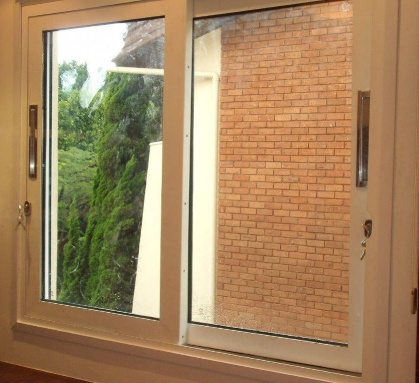 A Arquitetônica Blindaço fabrica janelas blindadas personalizadas com certificação do exército e garantia de 5 anos. Rigorosos testes balísticos, materiais de primeira linha, rígido controle de qualidade da produção e instalação primorosa fazem da qualidade Blindaço a melhor opção para proteção das pessoas de do seu patrimônio. São diversos modelos disponíveis: janelas blindadas fixas, janelas blindadas de sistema de abrir de correr, janelas blindadas fixas anguladas, janelas