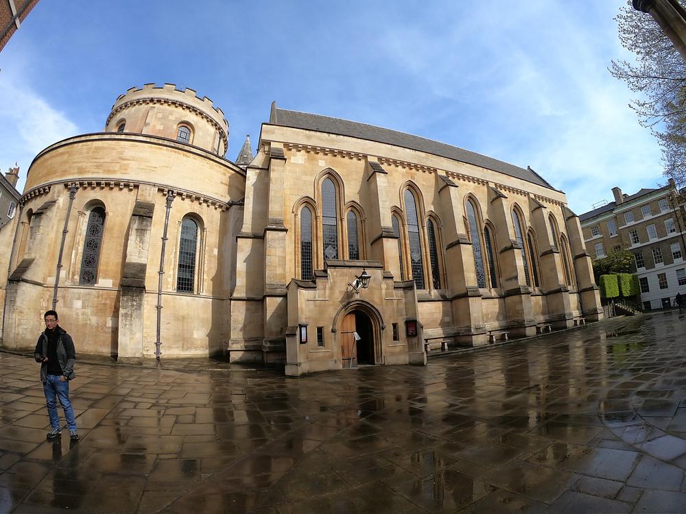 Foto da arquitetura diferenciada da Igreja dos Templários (ou Temple Church) em Londres, Reino Unido.
