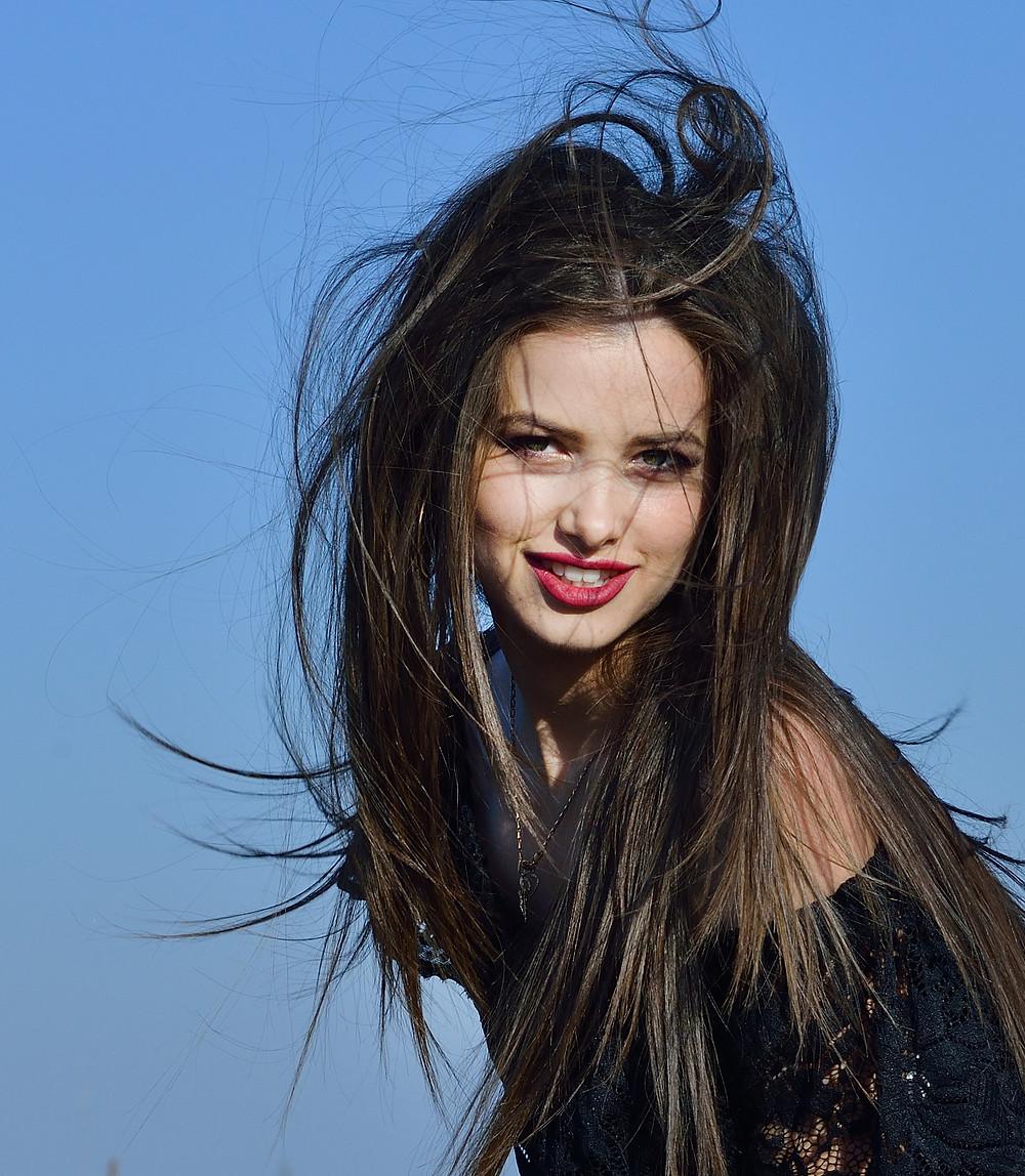 портрет девушки с развивающимися на ветру волосами