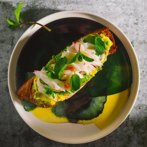 Savaitgalio pusryčiai. Krabų ir avokadų sumuštinis su skrudinta duona