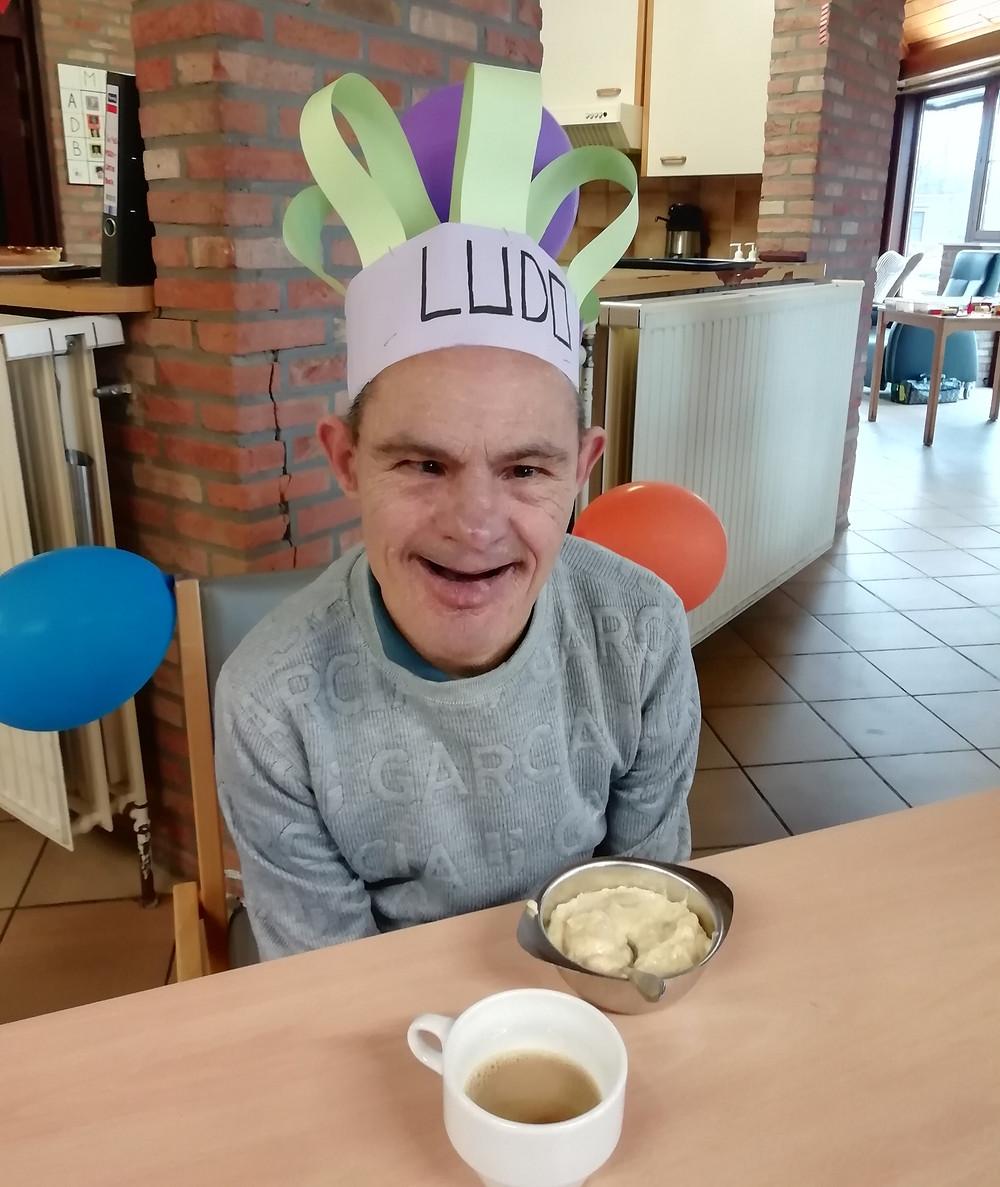Ludo viert zijn verjaardag in de leefgroep met een zelfgemaakte kroon en een lekker ontbijt