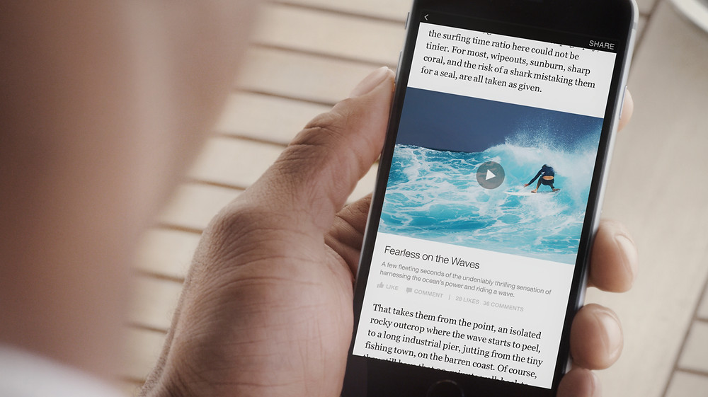 Người dùng smartphone xem video trên Facebook