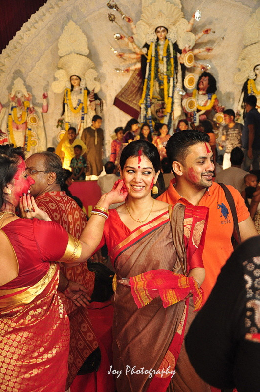 Sindur khela in delhi durga puja showcasing bengali culture
