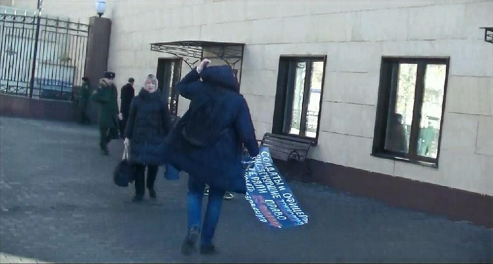 сотрудник Минобороны РФ вырвал плакат из рук женщины, стоящей в одиночном пикете