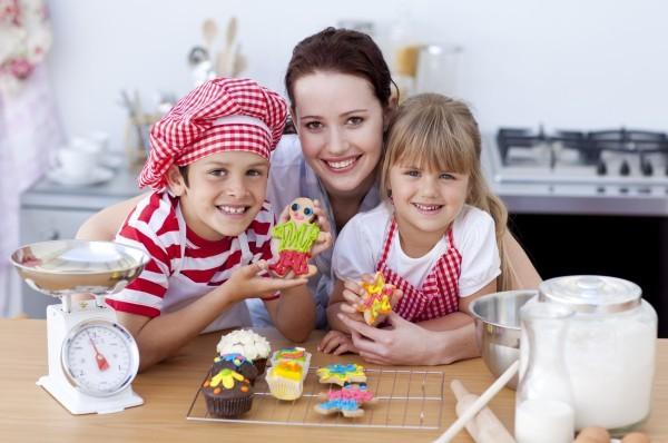 Дадилката и децата направиле слатки во разни бои во кујната од домот