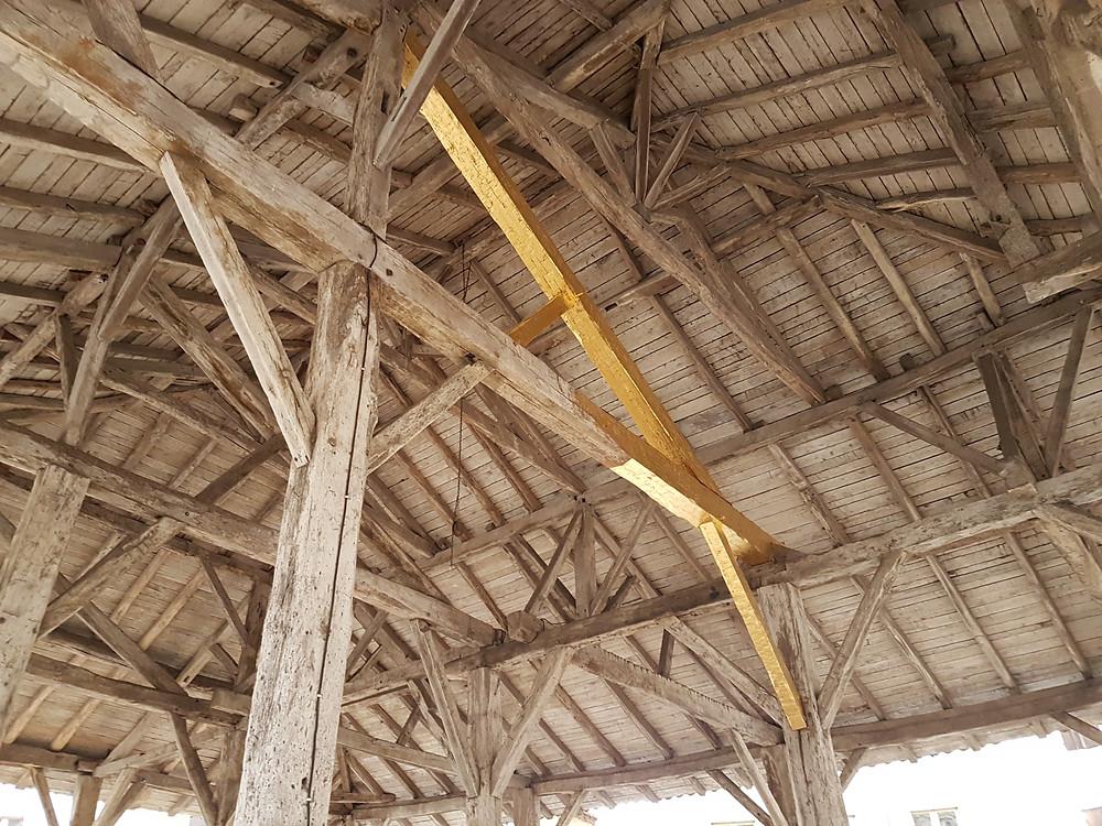 Ouevre artistique : dorure à la feuille d'une poutre ayant due être restaurée sur une charpente ancienne de Halle Emily Blier Peterson