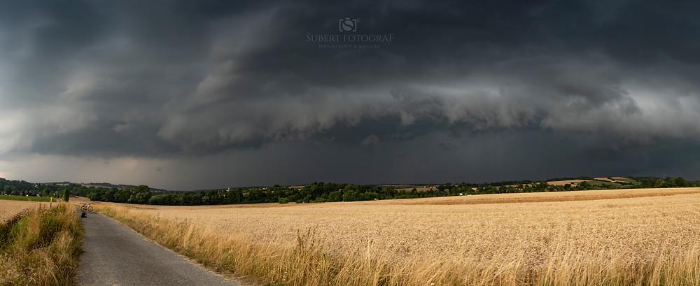 Příchod bouře z Opavska, na její čele pozorován vyvinutý shelf cloud