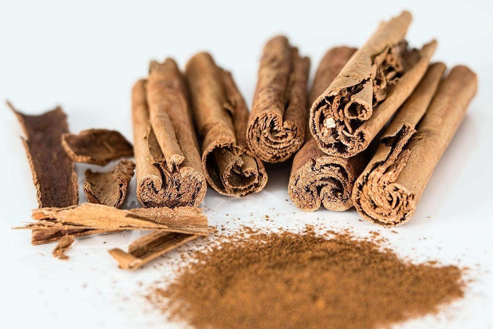Cinnamon Powder & bark, Public Domain
