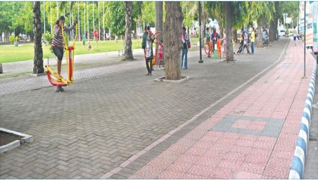Pelebaran jalur pejalan kami dan pembongkaran pagar memberi efek yang signifikan dalam mengubah citra taman