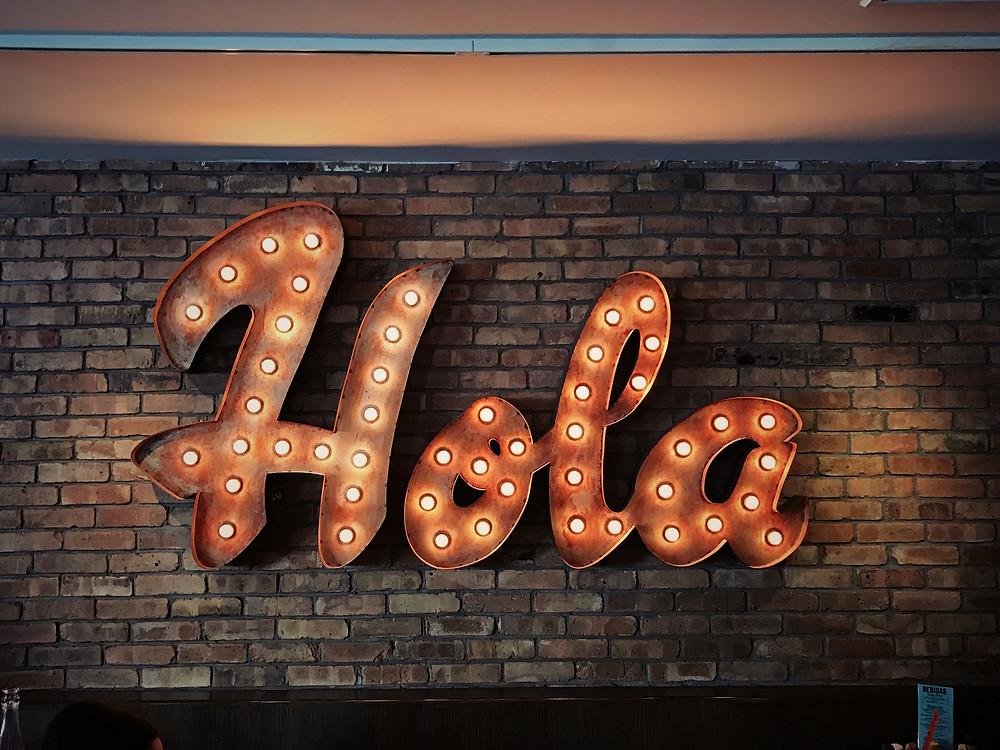 """Duvarda """"Hola"""" adlı bir yazı"""