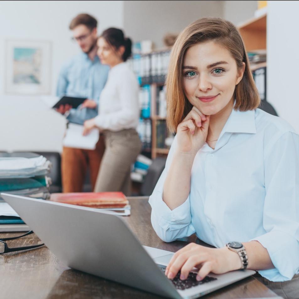 Dziewczyna przy laptopie w biurze