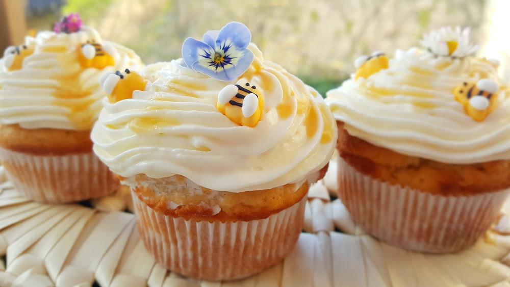 Küstencookie, Bienen, Honig, Cupcakes, Blumen, essbare Blüten, Honig-Joghurt-Cupcakes, Hornveilchen, Gänseblümchen