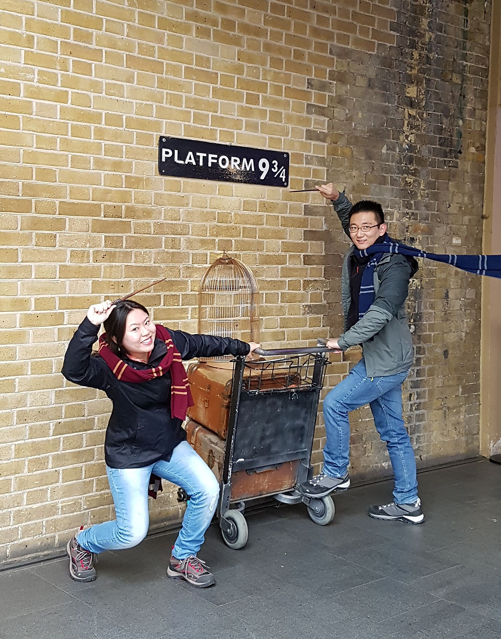 Foto na fictícia Plataforma 9 3/4 da estação King`s Cross, em Londres, Reino Unido.