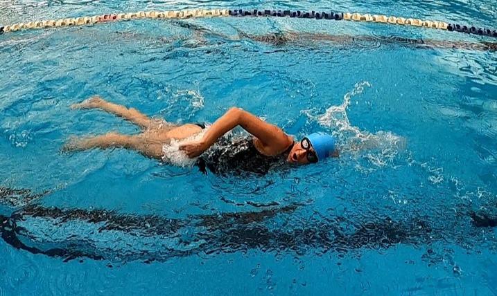 שחיינית בסגנון חתירה ביציאה לנשימה