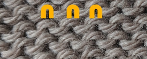 The wrong side of stockinette, showing the « m » shapefor the back of a knit stitch.