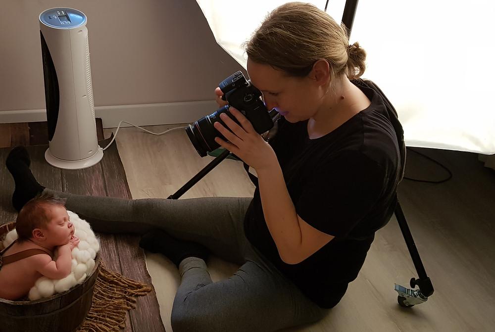 Anja Hackert beim Fotografieren eines Neugeborenen