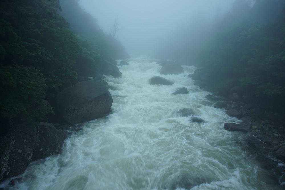 山中の河もこの通り2m以上の増水があります。