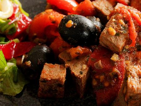 Wild mit Tomaten und Oliven