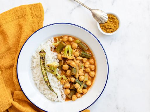 Curry de grão de bico, quiabo e couve flor