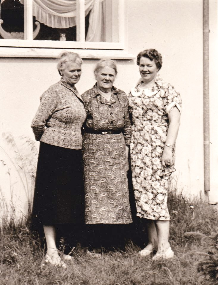 Three grandmother's posing in front of a white house, circa 1940, in either Minnesota or North Dakota. #northdakotaicelanders #minnesotaicelanders #icelandicgrandmothers #unknownphotosoficelanders #ammas